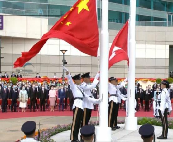 香港特區成立23周年升旗禮 林鄭及駱惠寧等出席升旗儀式